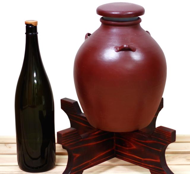 耳壺3升甕カメ(縄なし)1升瓶対比、木台蓋付き正面