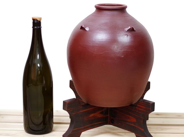 耳壺5升甕カメ(縄なし)1升瓶と対比、正面、木台のせ