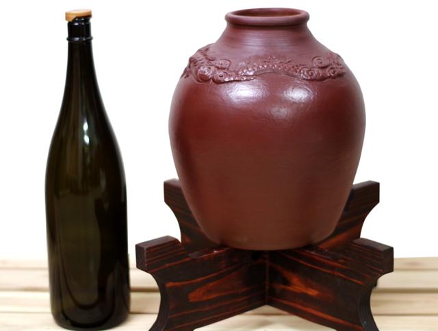 龍壺10升甕カメ(縄なし)1升瓶対比、木台のせ正面