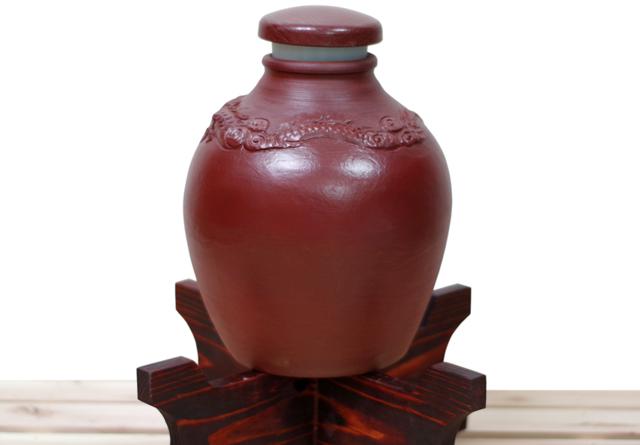 龍壺10升甕カメ(縄なし)蓋付き、木台のせ正面