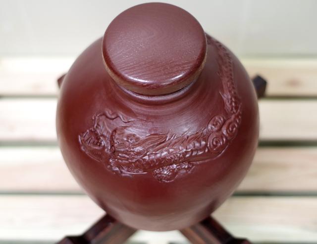 龍壺10升甕カメ(縄なし)蓋付き、木台のせ斜め上から