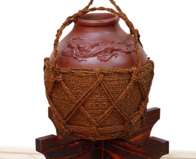 龍壺3升甕カメ(縄あり)正面、木台のせ