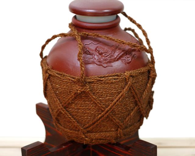 龍壺3升甕カメ(縄あり)蓋付き、正面、木台のせ