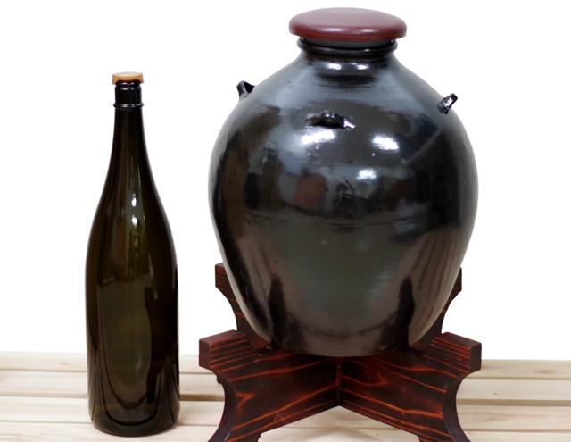 耳壺3升甕カメ(縄なし)黒壺、1升瓶と対比、正面木台のせ