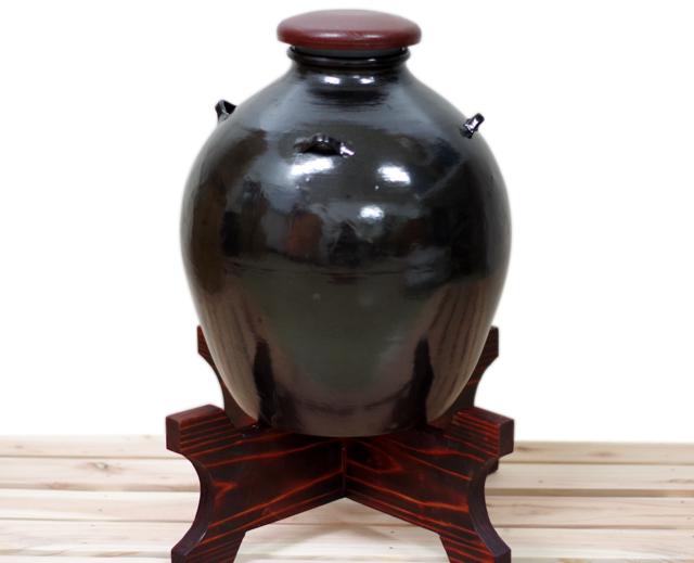 耳壺5升甕カメ、黒壺、蓋付き、正面、木台のせ