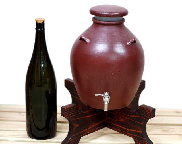 耳壺3升甕カメ(縄なし)サーバー、1升瓶対比、木台のせ正面