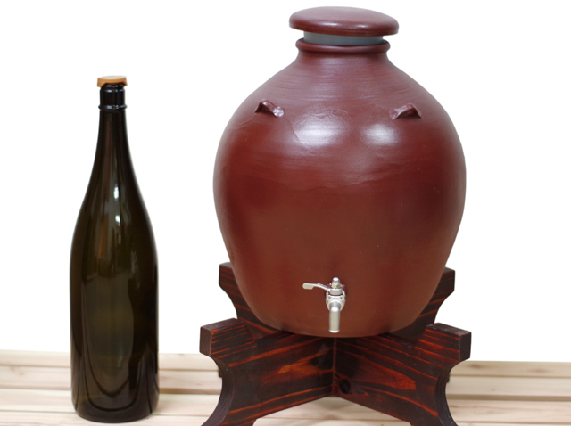 耳壺5升甕カメ、サーバー、1升瓶と対比、正面、木台のせ