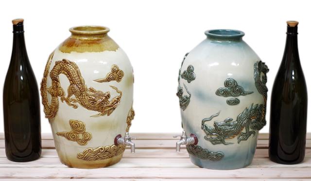 高級昇り龍、5升壺サーバー、青、茶&1升瓶と対比、蓋付き、斜め横から、全体