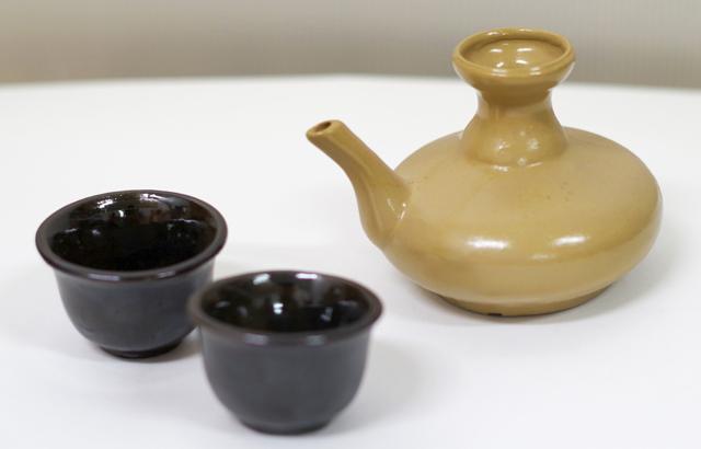 茶カラカラ1、ブルーおちょこ2、横から