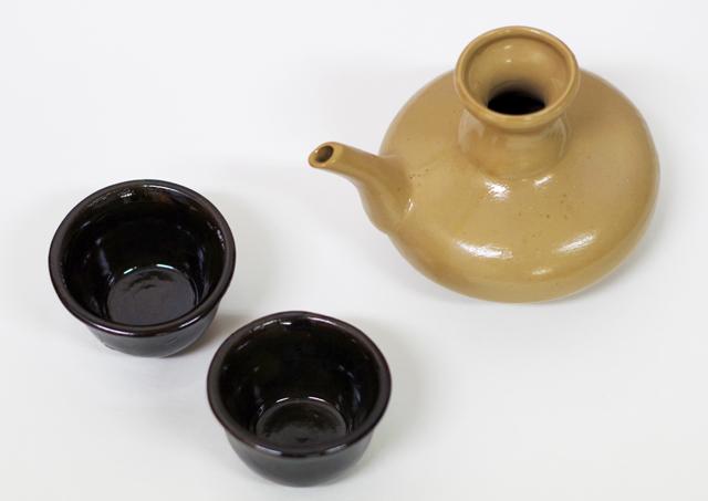 茶カラカラ1、ブルーおちょこ2、斜め上から