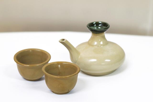緑カラカラ1、茶おちょこ2、横から