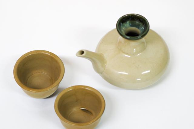 緑カラカラ1、茶おちょこ2、斜め上から
