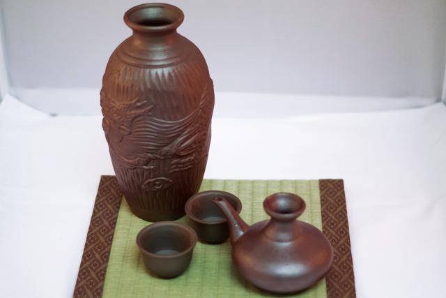 陶器徳利、カラカラ、おちょこ、箱セット、ゴム栓付、畳台に全部のせ