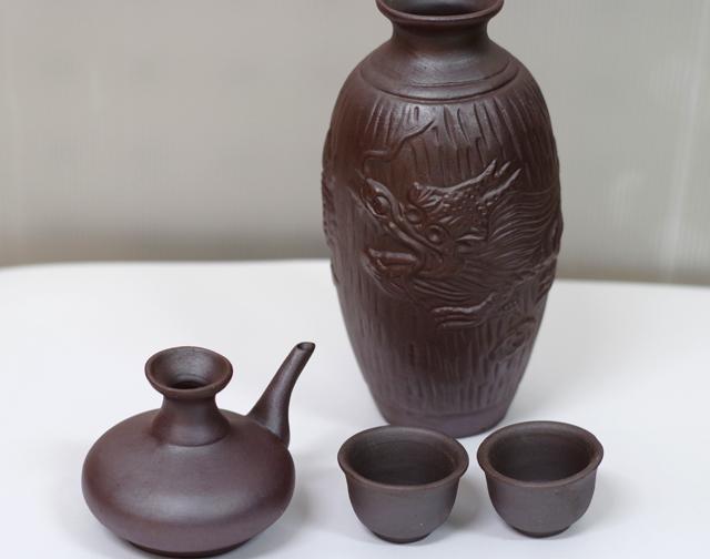陶器徳利、カラカラ、おちょこ、箱セット、ゴム栓付、正面から