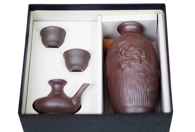 陶器徳利、カラカラ、おちょこ、箱セット、ゴム栓付、箱入り斜め上から