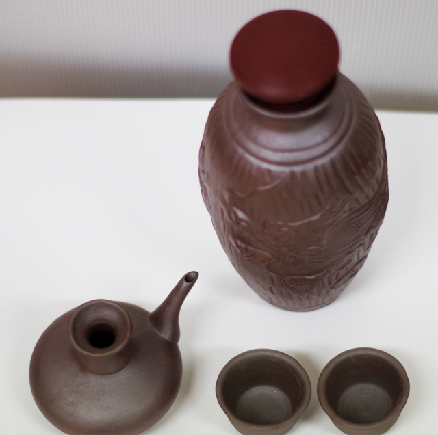 陶器徳利、カラカラ、おちょこ、箱セット、ゴム栓付、斜め上から