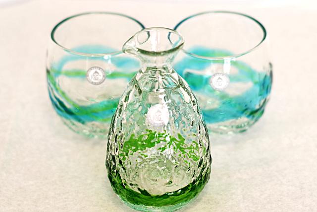 琉球ガラス、徳利、でこぼこ樽型セット、緑、徳利手前、でこ樽水緑2個