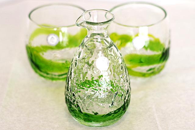 琉球ガラス、徳利、でこぼこ樽型セット、緑、徳利手前、でこ樽黄緑2個