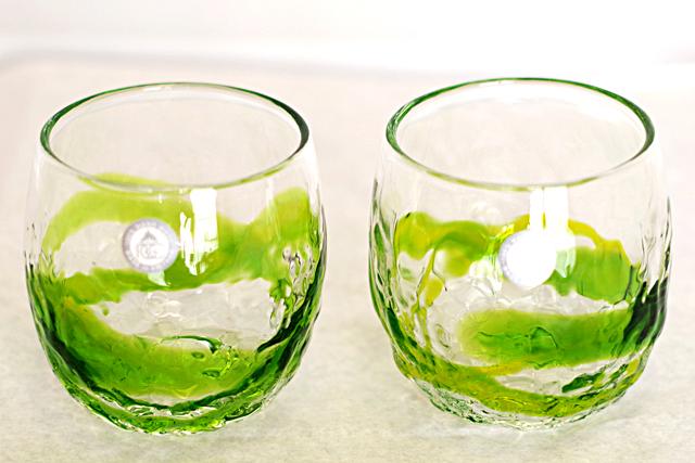 琉球ガラス、でこぼこ樽型、黄緑、正面、2個