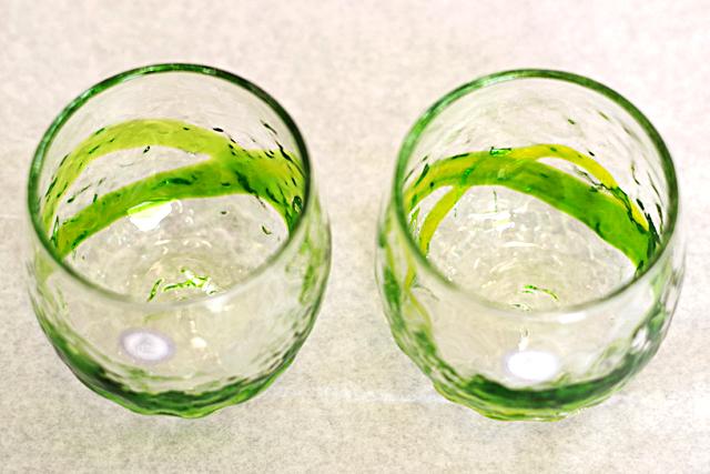 琉球ガラス、でこぼこ樽型、黄緑、斜め上から、2個