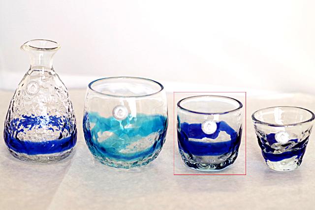 琉球ガラス、でこぼこ線入り、青、徳利と他のグラスとのサイズ比較