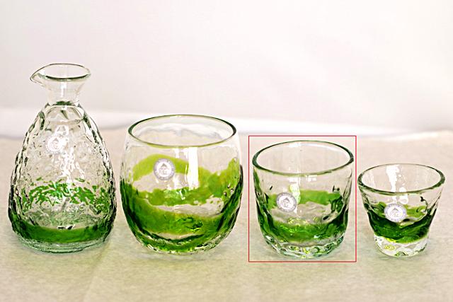 琉球ガラス、でこぼこ線入り、緑、徳利と他のグラスとのサイズ比較