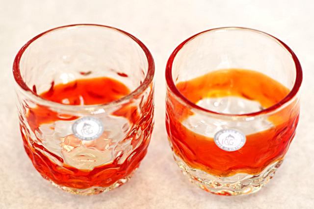 琉球ガラス、でこぼこ線入り、赤、斜め上から、2個