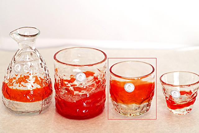 琉球ガラス、でこぼこ線入り、赤、徳利と他のグラスとのサイズ比較