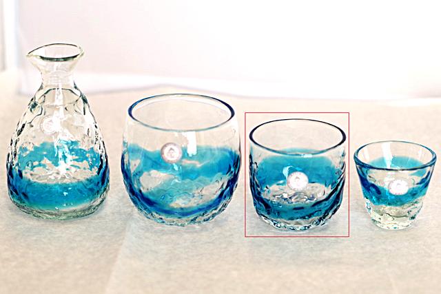 琉球ガラス、でこぼこ線入り、水色、徳利と他のグラスとのサイズ比較