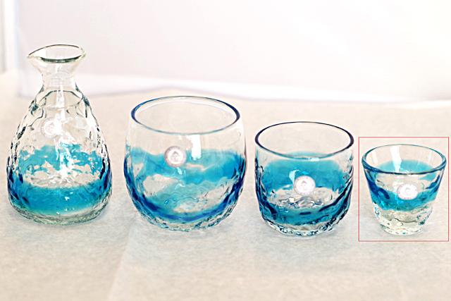 琉球ガラス、単品ティーダぐいのみ、おちょこ、水色、他グラスとのサイズ比較