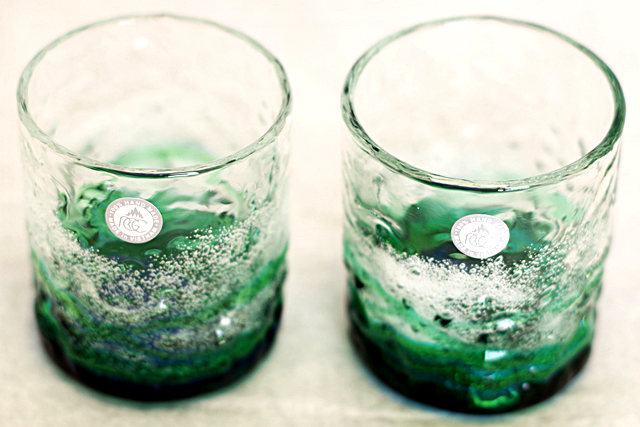 琉球ガラス、海でこぼこ、水緑、斜め上から、2個