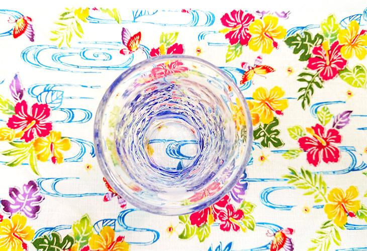 アップ<正規品>でこぼこ小ビールグラス(青)青色のスカイブルーは、沖縄の海の青さ、空の青さが伝わる。透き通った小型のビールグラスをでこぼこに仕上げました。ベトナム製