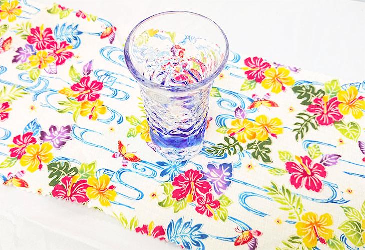 サイズ確認<正規品>でこぼこ小ビールグラス(青)青色のスカイブルーは、沖縄の海の青さ、空の青さが伝わる。透き通った小型のビールグラスをでこぼこに仕上げました。ベトナム製