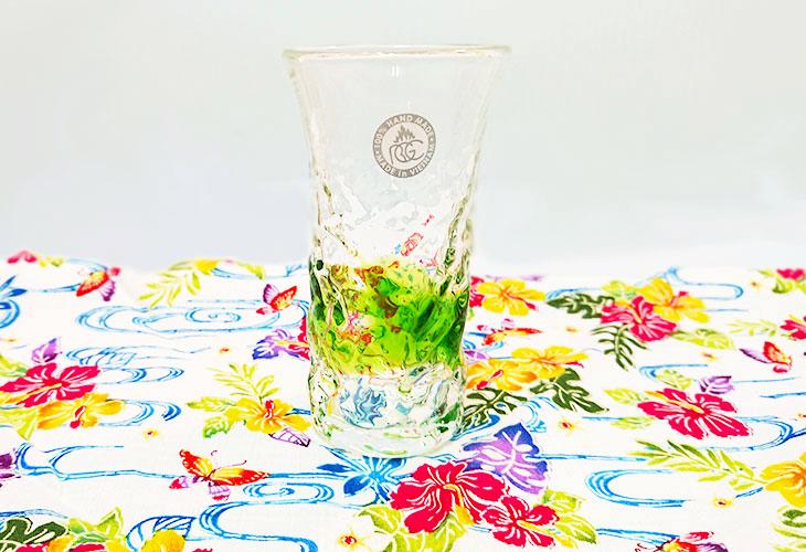 <正規品>でこぼこ小ビールグラス(緑)青色のスカイブルーは、緑色は新緑を思わせ、沖縄のウージ(さとうきび)畑の自然を伝える仕上げに。透き通った小型のビールグラスをでこぼこに仕上げました。ベトナム製
