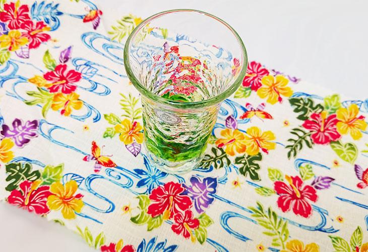 正面<正規品>でこぼこ小ビールグラス(緑)青色のスカイブルーは、緑色は新緑を思わせ、沖縄のウージ(さとうきび)畑の自然を伝える仕上げに。透き通った小型のビールグラスをでこぼこに仕上げました。ベトナム製