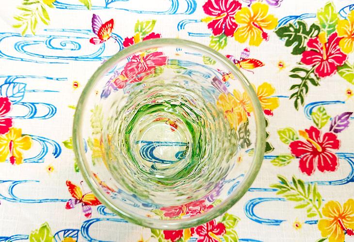 真上<正規品>でこぼこ小ビールグラス(緑)青色のスカイブルーは、緑色は新緑を思わせ、沖縄のウージ(さとうきび)畑の自然を伝える仕上げに。透き通った小型のビールグラスをでこぼこに仕上げました。ベトナム製
