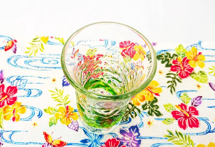 斜め上<正規品>でこぼこ小ビールグラス(緑)青色のスカイブルーは、緑色は新緑を思わせ、沖縄のウージ(さとうきび)畑の自然を伝える仕上げに。透き通った小型のビールグラスをでこぼこに仕上げました。ベトナム製