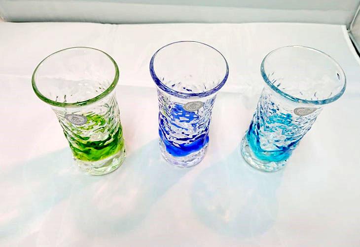 集合写真1<正規品>でこぼこ小ビールグラス(緑)青色のスカイブルーは、緑色は新緑を思わせ、沖縄のウージ(さとうきび)畑の自然を伝える仕上げに。透き通った小型のビールグラスをでこぼこに仕上げました。ベトナム製