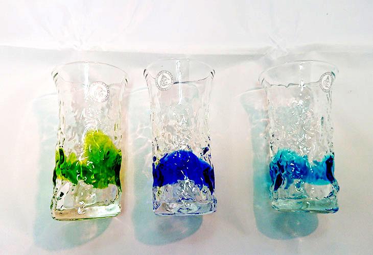 集合写真2<正規品>でこぼこ小ビールグラス(緑)青色のスカイブルーは、緑色は新緑を思わせ、沖縄のウージ(さとうきび)畑の自然を伝える仕上げに。透き通った小型のビールグラスをでこぼこに仕上げました。ベトナム製