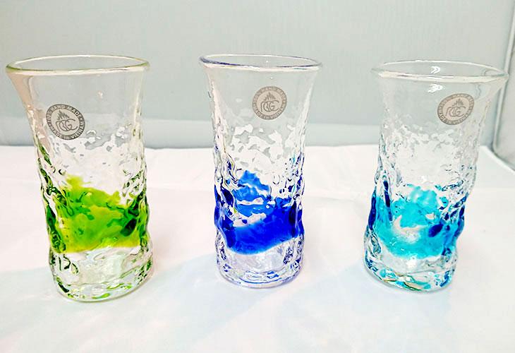 集合写真3<正規品>でこぼこ小ビールグラス(緑)青色のスカイブルーは、緑色は新緑を思わせ、沖縄のウージ(さとうきび)畑の自然を伝える仕上げに。透き通った小型のビールグラスをでこぼこに仕上げました。ベトナム製