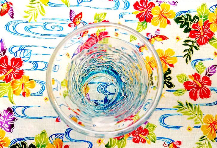 真上<正規品>でこぼこ小ビールグラス(水)水色のみずみずしさを体感。透き通った小型のビールグラスをでこぼこに仕上げました。ベトナム製