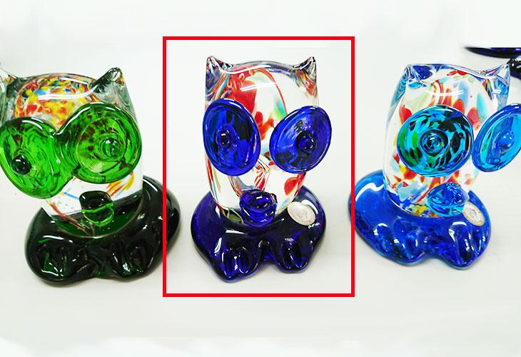 3体 中央<正規品>限定品。縁起の良い琉球ガラス製ふくろう(青色)。透き通ったガラスの中に模様を入れ、目と足を綺麗な水色。片手で使いやサイズのものを3色用意(青色、水色、緑色)!Made in OKINAWA 沖縄製品