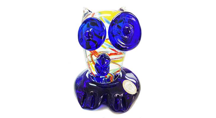 正面<正規品>限定品。縁起の良い琉球ガラス製ふくろう(青色)。透き通ったガラスの中に模様を入れ、目と足を綺麗な水色。片手で使いやサイズのものを3色用意(青色、水色、緑色)Made in OKINAWA 沖縄製品
