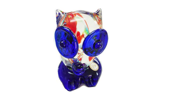 正面上から<正規品>限定品。縁起の良い琉球ガラス製ふくろう(青色)。透き通ったガラスの中に模様を入れ、目と足を綺麗な水色。片手で使いやサイズのものを3色用意(青色、水色、緑色)