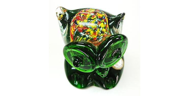 正面斜め上<正規品>限定品。縁起の良い琉球ガラス製ふくろう(緑色)。透き通ったガラスの中に模様を入れ、目と足を綺麗な緑色。使いやサイズのものを3色用意(青色、水色、緑色)