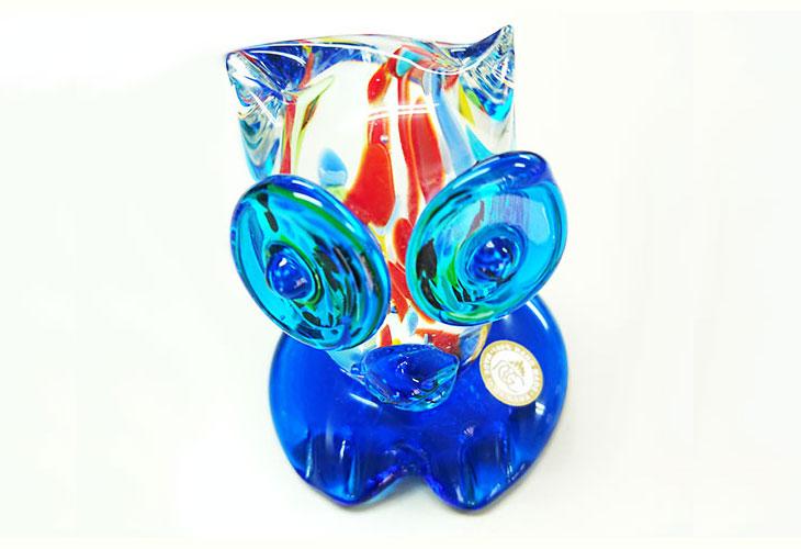 斜め上。<正規品>限定品。縁起の良い琉球ガラス製ふくろう(水色)。透き通ったガラスの中に模様を入れ、目と足を綺麗な水色。