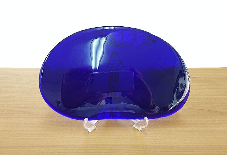 正面<正規品>(彫刻付き)半透明の琉球ガラス盾(青色)プラスチック台付き。祝い事や、甕(カメ、壺)の前や、玄関のネームプレートにも最適。2色(水色、青色)を用意。ベトナム製