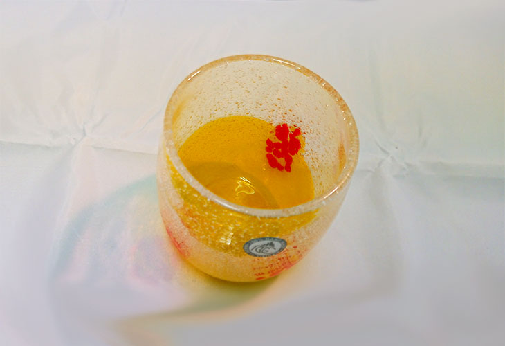 正面<正規品>花見たる型(黄色)泡模様のたる型琉球ガラスに、綺麗な花びらをおよがせました。ベトナム製