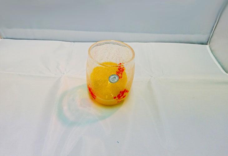 正面1<正規品>花見たる型(黄色)泡模様のたる型琉球ガラスに、綺麗な花びらをおよがせました。ベトナム製