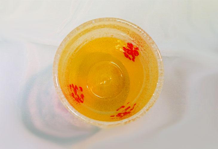 真上<正規品>花見たる型(黄色)泡模様のたる型琉球ガラスに、綺麗な花びらをおよがせました。ベトナム製